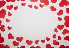 Rama od papierowych czerwonych serc z białym tłem Obrazy Royalty Free