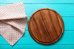 Rama pizzy karmowa tnąca deska na polek kropek tablecloth Błękitny drewniany tło w kawiarni kosmos kopii Obraz Royalty Free