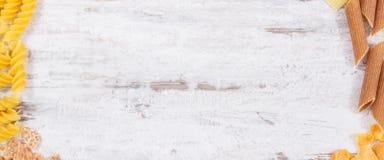 Rama różnorodny mieszanka makaron jako źródło węglowodany i włókno, kopii przestrzeń dla teksta zdjęcie royalty free