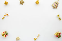Rama robić boże narodzenie dekoracja w złocie barwi na białym tle Obraz Royalty Free