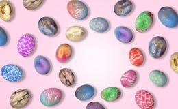 Rama robić piękni Wielkanocni jajka na różowym tle zdjęcia stock