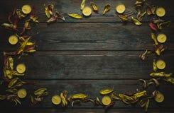Rama robić wysuszeni kwiatów płatki, świeczki i Zdjęcia Stock