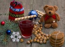 Rama, té, oso, hornada, bolso y nueces del abeto, en TA de madera Fotos de archivo libres de regalías