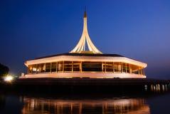 Rama 9 trädgårds- Thailand skymning och byggnadsreflexion Royaltyfria Foton