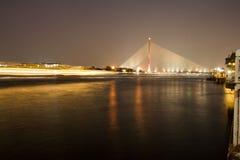 Rama 8 upphängningbro på natten, Bangkok Royaltyfri Bild