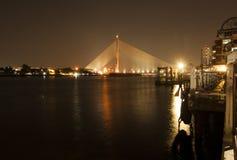 Rama 8 upphängningbro på natten, Bangkok Arkivbilder