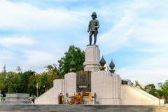 RAMA VI国王的在Lumpini公园前面的纪念碑 免版税库存照片