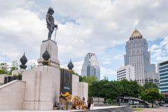 RAMA VI国王的在Lumpini公园前面的纪念碑 库存照片