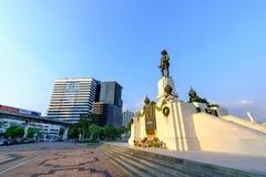 RAMA VI国王的在Lumpini公园前面的纪念碑 免版税库存图片