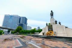 RAMA VI国王的在Lumpini公园前面的纪念碑 图库摄影