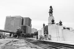 RAMA VI国王的在Lumpini公园前面的纪念碑 库存图片