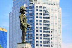Rama VI国王纪念碑和Skytrain,曼谷,泰国 库存图片