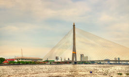 Rama VIII γέφυρα επάνω από τον ποταμό Chao Phraya στη Μπανγκόκ, Ταϊλάνδη Στοκ Φωτογραφία