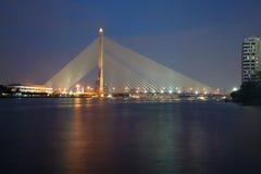 Rama VIII γέφυρα πέρα από τον ποταμό Chao Phraya στο λυκόφως βραδιού Μπανγκόκ Στοκ φωτογραφίες με δικαίωμα ελεύθερης χρήσης