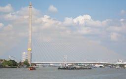 Rama VIII Brücke. Seilzug-gebliebene Brücke, die den Chao Phraya kreuzt Stockfoto