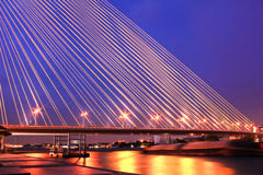 The Rama VIII bridge over the Chao Praya river at night Stock Photos