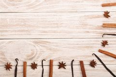 Rama wanilia kijów, cynamonowego i gwiazdowego anyż na białym drewnianym tle z kopii przestrzenią dla twój teksta, Odgórny widok zdjęcie royalty free