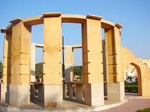 Rama Yantra - ett cylindriskt astronomiskt instrument på observatoriet, Jantar Mantar, Jaipur, Rajasthan, Indien royaltyfri foto