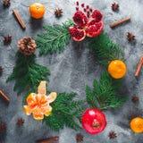 Rama z garnet owoc, mandarynka cynamon i anyż na ciemnym tle koncepcja nowego roku Mieszkanie nieatutowy Odgórny widok fotografia royalty free