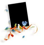Rama z liśćmi, błękit i kolor żółty kwitnie Fotografia Royalty Free