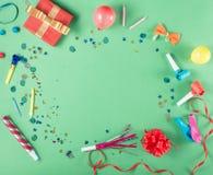 Rama z prezenta pudełkiem z partyjnymi confetti, balony, streamers, nie Obraz Royalty Free