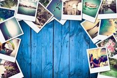 Rama z starym papierem i fotografiami na drewnianym tle obrazy stock