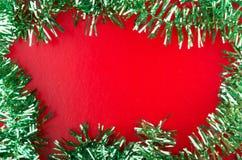 Rama zielony Bożenarodzeniowy świecidełko na czerwonym tle Zdjęcie Stock