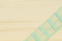 Rama zielony faborek na drewnianym tle Obraz Royalty Free