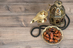 ramadan的装饰 日期、阿拉伯灯笼和念珠 免版税库存照片