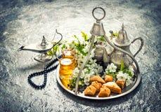 ramadan的kareem 茶玻璃和罐,传统欢欣果仁蜜酥饼 免版税图库摄影