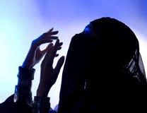 Ramadan: Όμορφο νέο μουσουλμανικό κορίτσι που προσεύχεται, σκοτεινή σκιαγραφία στοκ εικόνες