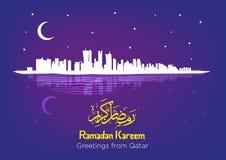 Ramadan Crescent Moon sobre Qatar Ramadan Kareem Greeting en texto islámico e inglés Ejemplo Editable EPS10