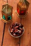 Ramadan, Eid ?wi?towania/Datuj? owoc z Islamskim lampionem zdjęcia royalty free