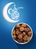 Ramadan Fasting Dates con el creciente en azul imagen de archivo libre de regalías