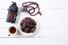 Ramadan jedzenie i napoju poj?cie Ramadan lampion z arabsk? lamp?, drewniany r??aniec, herbata, datuje owoc na bia?ym drewnianym  obraz royalty free