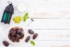 Ramadan jedzenie i napoju poj?cie Ramadan lampion z mleka, daty owoc, gronowych i Nowych li??mi na bia?ym drewnianym sto?owym tle obraz royalty free