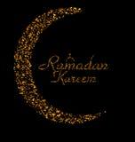 Ramadan Kareem Background avec la lune et le texte de calligraphie faits de confettis d'or Photos libres de droits