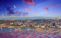 Ramadan Kareem bakgrund, solnedgångsikt av Istanbul från Galata t royaltyfri foto