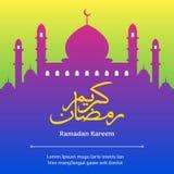 Ramadan Kareem Classic Arabic Calligraphy com fundo da silhueta do texto e da mesquita ilustração royalty free