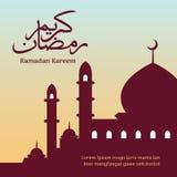 Ramadan Kareem Classic Arabic Calligraphy com fundo da silhueta da mesquita do textand ilustração royalty free