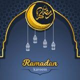 Ramadan Kareem en caligrafía árabe de oro con Crescent Moon y la linterna sobre la puerta de la geometría de la mezquita stock de ilustración