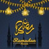 Ramadan Kareem en caligrafía árabe de oro con las banderas, la linterna y la silueta del festival de la mezquita de Mohamed del p stock de ilustración