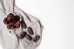 Ramadan Kareem Festive, fin des dates à la cuvette sur le fond d'isolement blanc images stock