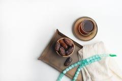 Ramadan Kareem festiwal, daty na drewnianym pucharze z fili?ank? czarna herbata i r??aniec na bia?ym tle, obraz stock