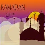Ramadan Kareem-Gruß mit Moschee und Kalligraphiebeschriftung, die `` Ramadan-kareem `` auf der bewölkten Nacht bedeutet lizenzfreie abbildung