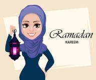 Ramadan Kareem kartka z pozdrowieniami z piękną Muzułmańską kobietą trzyma tradycyjnego Arabskiego lampion ilustracja wektor