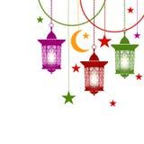 Ramadan Kareem Linternas coloridas en estilo oriental en cadenas Con las velas ardientes Asteriscos, creciente aislado encendido stock de ilustración