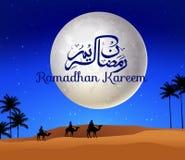 Ramadan kareem met het lopen van kameelcaravan in de woestijn Stock Afbeeldingen