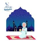Ramadan Kareem Moslemisches Frau Beten und Szene mit Moschee oder Masjid im Hintergrund Lizenzfreie Stockfotografie
