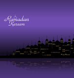 Ramadan Kareem Night Background avec la mosquée et les minarets de silhouette illustration stock